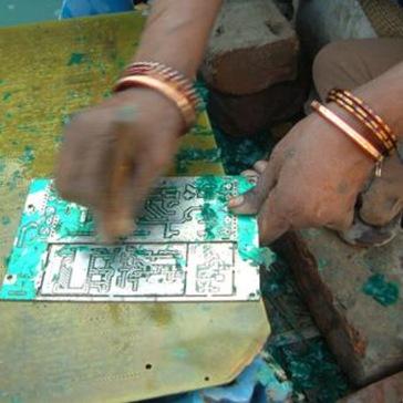 Mujer_limpiando_placas_circuitos_electronicos_basurero_Calcuta