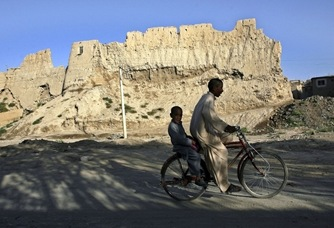 chavales_bicicleta_ciudad_afgana_Ghazi_suroeste_Kabul
