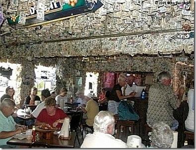 Foto do Bar forrado de notas.