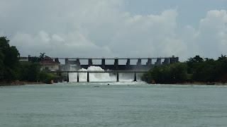 Gatun-Damm, leicht geöffnet.