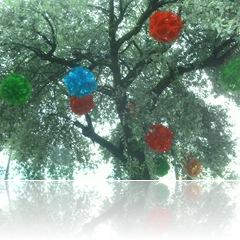 Árvore, localizada no Calçadão de Lages, com enfeites de Natal enormes