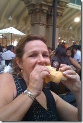 comendo sanduiche