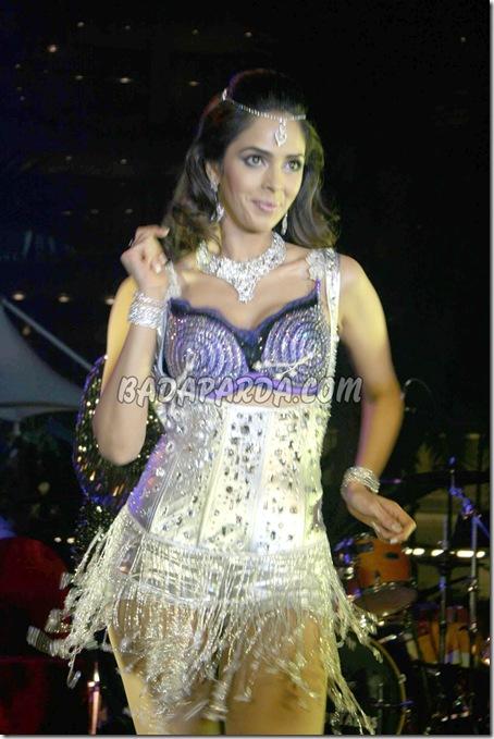 Mallika Sherawat gave her performance at Sahara Star hotel