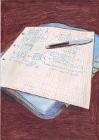 Kresba - štvorčekovaný papier s poznámkami na modrom karisbloku. Z karisbloku trčia záložky a karisblok je položený na hnedom podklade.