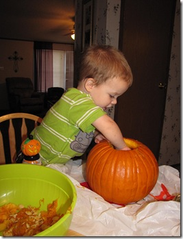 carving the pumpkin 045