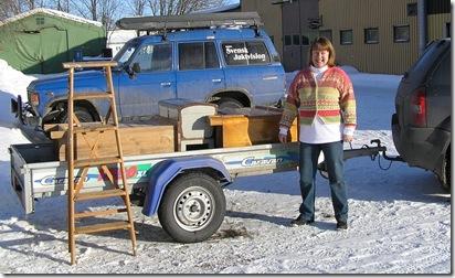 Birgitta med ett lass möbler till målning