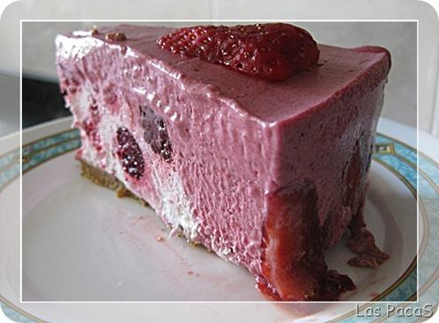Tarta mousse de frutos rojos con corazón de nata con marco