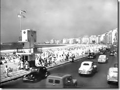 Praia de Copacabana, antes do alargamento - 1956. Antigo posto de salvamento. Toda a faixa asfaltada transformou-se no atual calçadão e a praia foi alargada com areia dragada da enseada de Botafogo