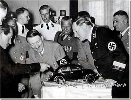 Porsche apresentando um modelo para o carro do povo alemão, para encantamento de Adolf Hitler
