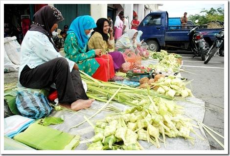 selling ketupat