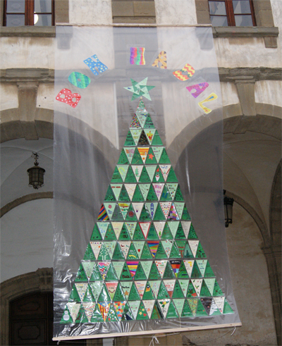 Arbre de Nadal fet amb postals de tothom.