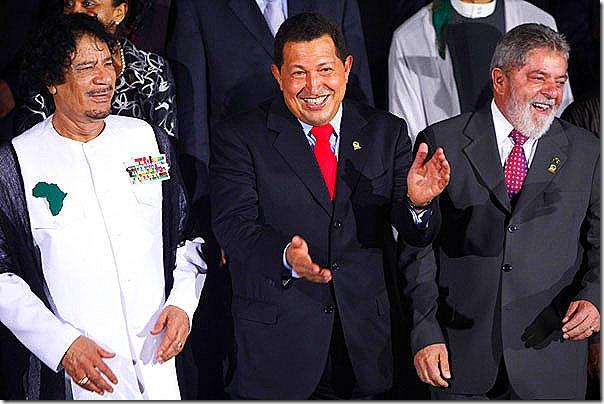 Gadafi,-Chávez-y-Lula-posan-para-la-foto-oficial-de-la-II-Cumbre-América-del-Sur---África-en-Porlamar,-Isla-Margarita-.expand