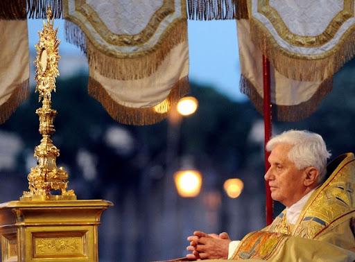 Papa Benedikt XVI. u molitvi pred Presvetim