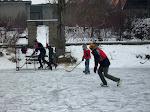 neměli jsme dost hokejek, takže naše hra byl hokejfootpuk.