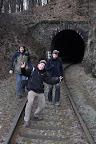 Po značkách nás brzy omrzelo chodit a tunelem je to rozhodně zajímavější. Vlak bohužel nejel.