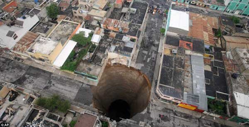 Lubang Raksasa muncul di tengah kota | Guatemala Sinkhole Foto  & Video
