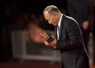 Director John Woo accomplishes the applause after receiving the Golden Lion for Lifetime Achievement award at the 67th edition of the Venice Film Festival in Venice, Italy, Friday, Sept. 3, 2010. (AP Photo/Andrew Medichini)͍Ԫ