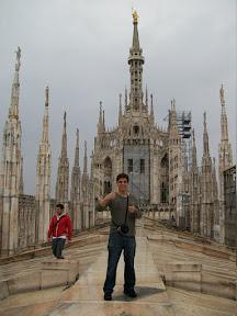 Em cima do Duomo de Milão