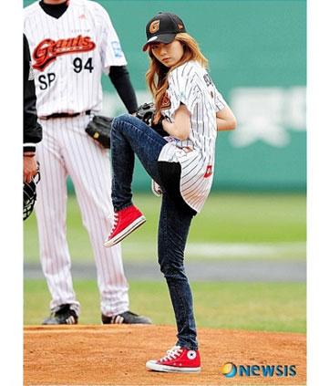 HyunA โชว์กล้ามท้องเซ็กซี่ในการแข่งขันเบสบอล