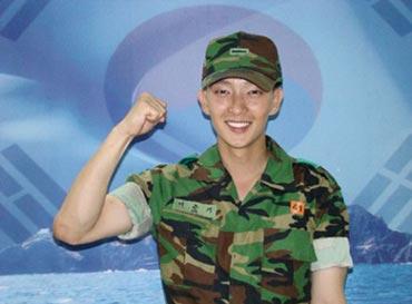 Lee Jun Ki ได้รับรางวัลพิเศษในการฝึกขั้นพื้นฐานในค่ายทหาร