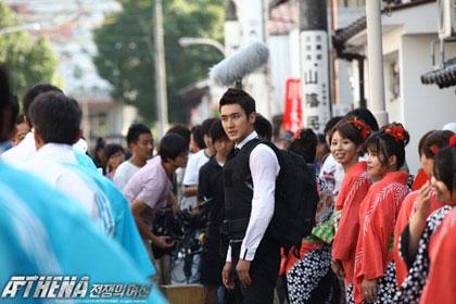 Choi Si Won เล่นบทแอ็คชั่นกลางถนนในญี่ปุ่น