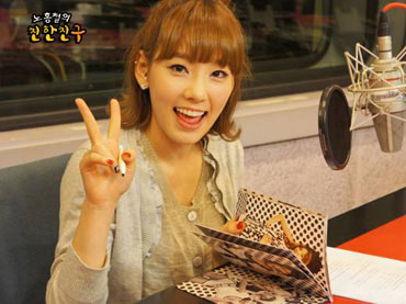 """ภาพน่ารัก ๆ ของ Taeyeon ในรายการวิทยุ """"Chin Chin"""""""