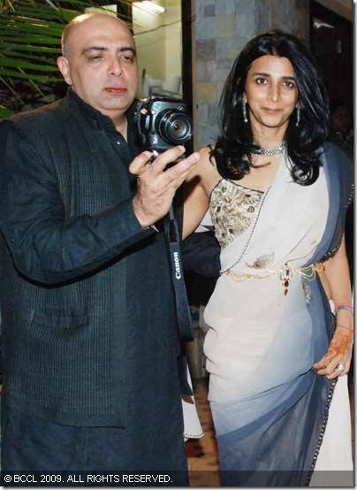 Designer-Tarun-Tahiliani-with-his-wife-at-Shilpa-Shetty-and-Raj-Kundras-wedding-ceremony