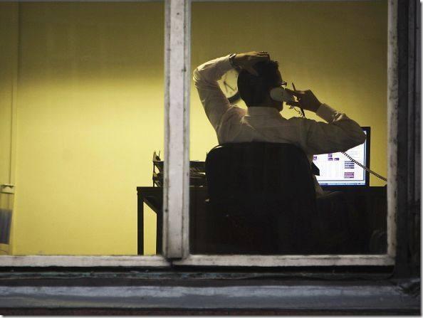 size_590_homem-escritorio-notebook-janela