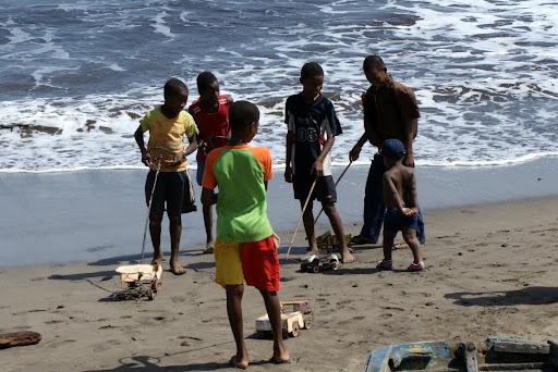 Crianças com carrinhos de arame em Cabo Verde