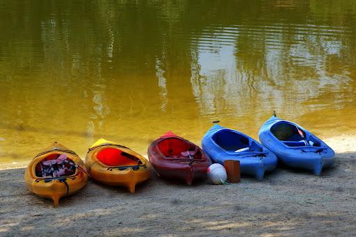 Canoas nas margens da Barragem de Montargil
