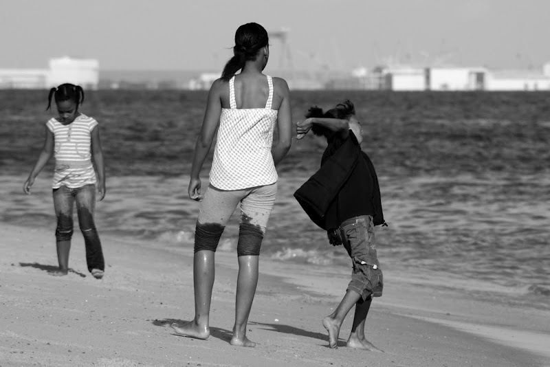 Crianças brincam na praia em Albarquel