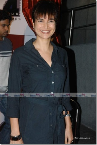 Sushma Reddy Looking Sexy at the Premiere of Kanjivaram...