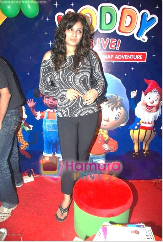 Raveena Tandon Looking Really Cute & Sexy at some Kids Function...