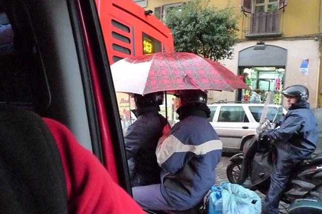 roller und regenschirm