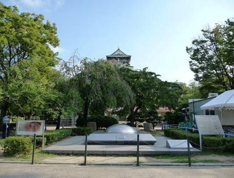 capsula do tempo (expo 70) em frente ao castelo de osaka