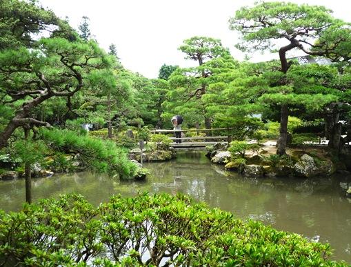 12.ginkakuji lago ponte sombrinha