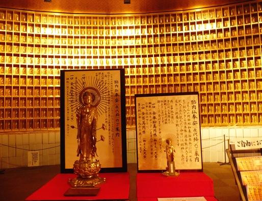 12. ushiku daibutsu interior parede de budas
