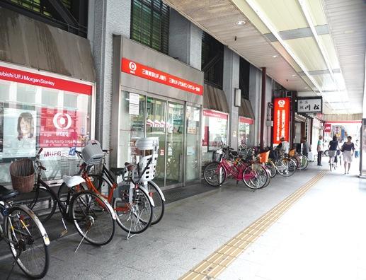 calçada asakusa- estacionamento de bicicleta em frente ao banco