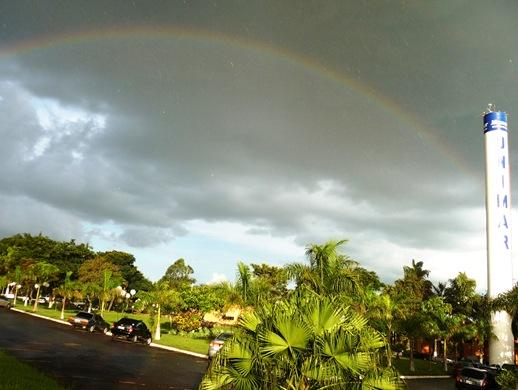 21. Unimar - arco iris no estacionamento