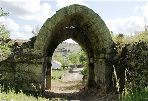 Glória Ishizaka - Vila do Touro - ruína da entrada-saída do castelo