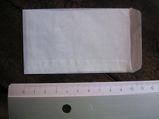 2. Pochette cristal de grand format : 11 cm x 6 cm (hors tout, soit 10 cm x 6 cm une fois le rebord replié) et sa cloison interne (petit rectangle de papier hygiénique 9,7 x 5,7 cm).