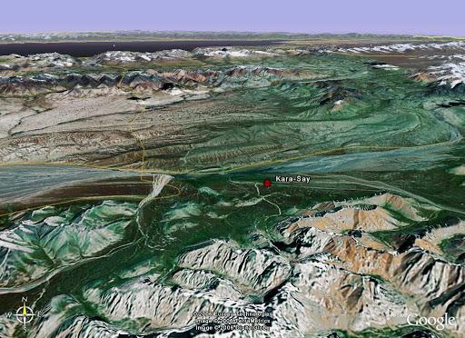 Vue perspective vers le Nord : au premier plan, le Koksaal Alatau, au second, le syrt de Kara Say, au troisième, le Terskey Alatau, et, au fond, le Lac Issyk Kul puis le Kungej Alatau.