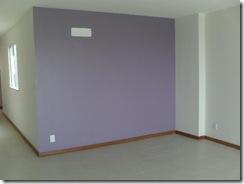 parede pintada de lilás