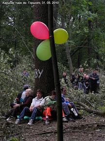Защитники парка блокируют доступ к деревьям собой