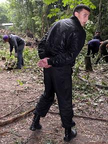 """Сотрудники охранной фирмы """"Инекс"""" и другие неизвестные с бейджами """"Муниципальна охорона"""" охраняют рабочих, корчующих пни и измельчающих ветки"""