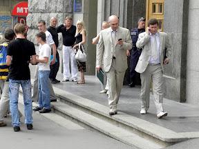 Пикет у Горсовета окончен. Депутаты спешно покидают здание, игнорируя пикетчиков.
