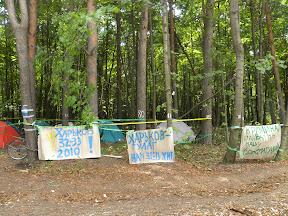 Новый лагерь защитников парка. Транспаранты, сделанные тут же под впечатлением от событий последних дней и забора из колючей проволоки, которым огораживают вырубку