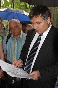 (с) Главное: А.Б.Аваков рассматривает схему парка Горького.