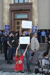 (с) Главное: Защитники парка и депутаты облсовета ждут, когда их пустят в облсовет для проведения встречи с избирателями.