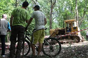 (с) Главное: Велосипедисты наблюдают, как рабочие разваливают велотрассу в парке